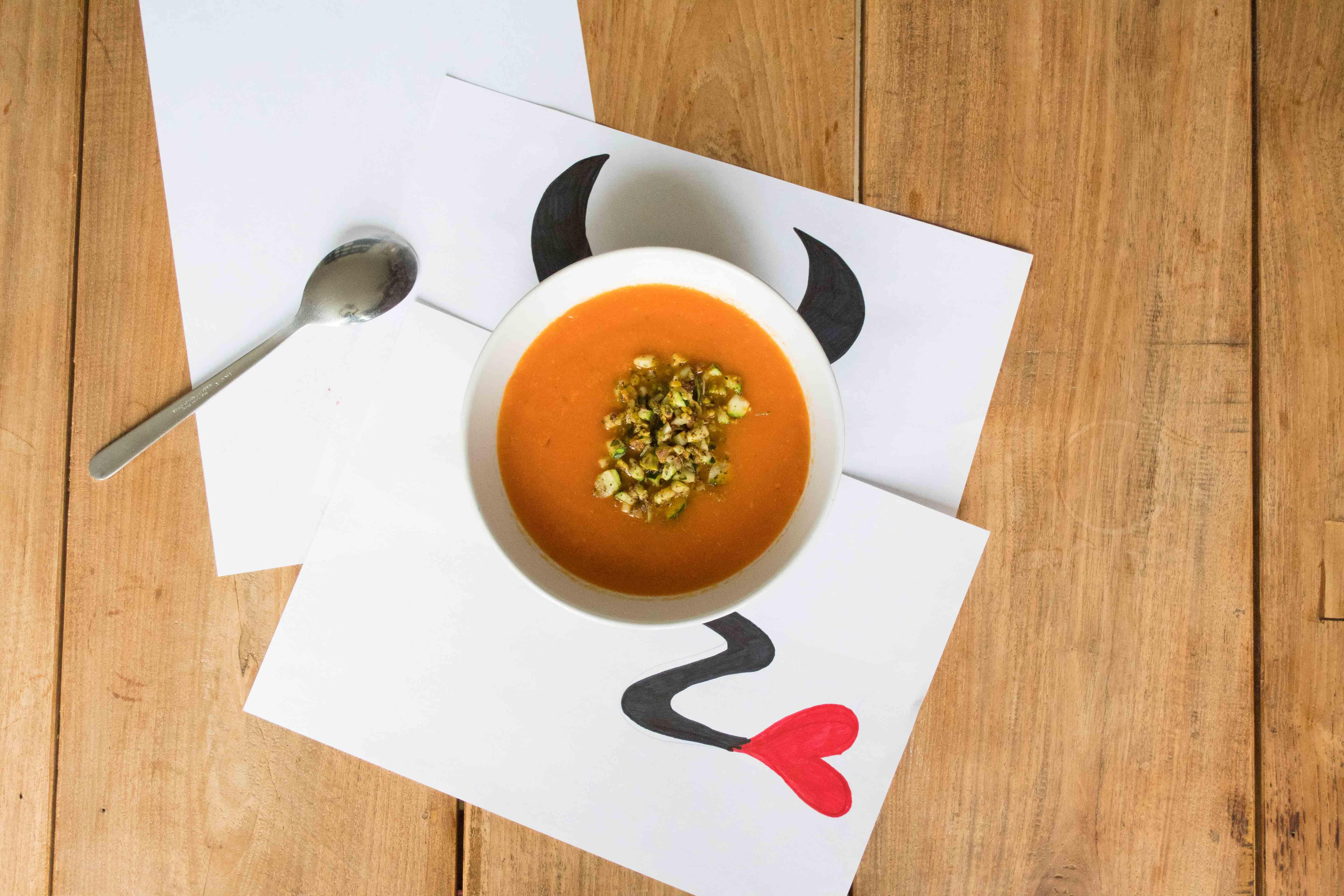 Crunchy Little Devil: geroosterde paprikasoep met courgette-pistachecrunch