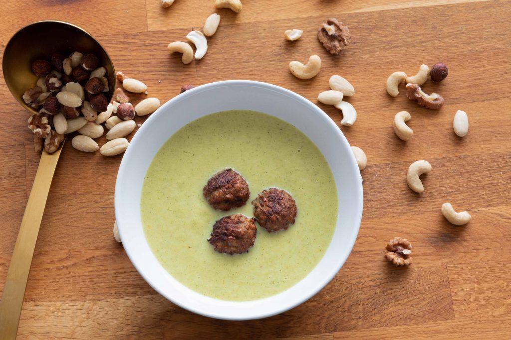 Broccolisoep met notenballetjes - Soepiemonster - Wilke Martens