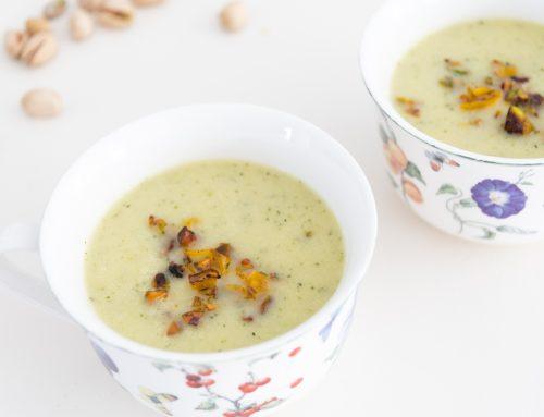 Courgette-preisoep met paprika-pistachecrumble